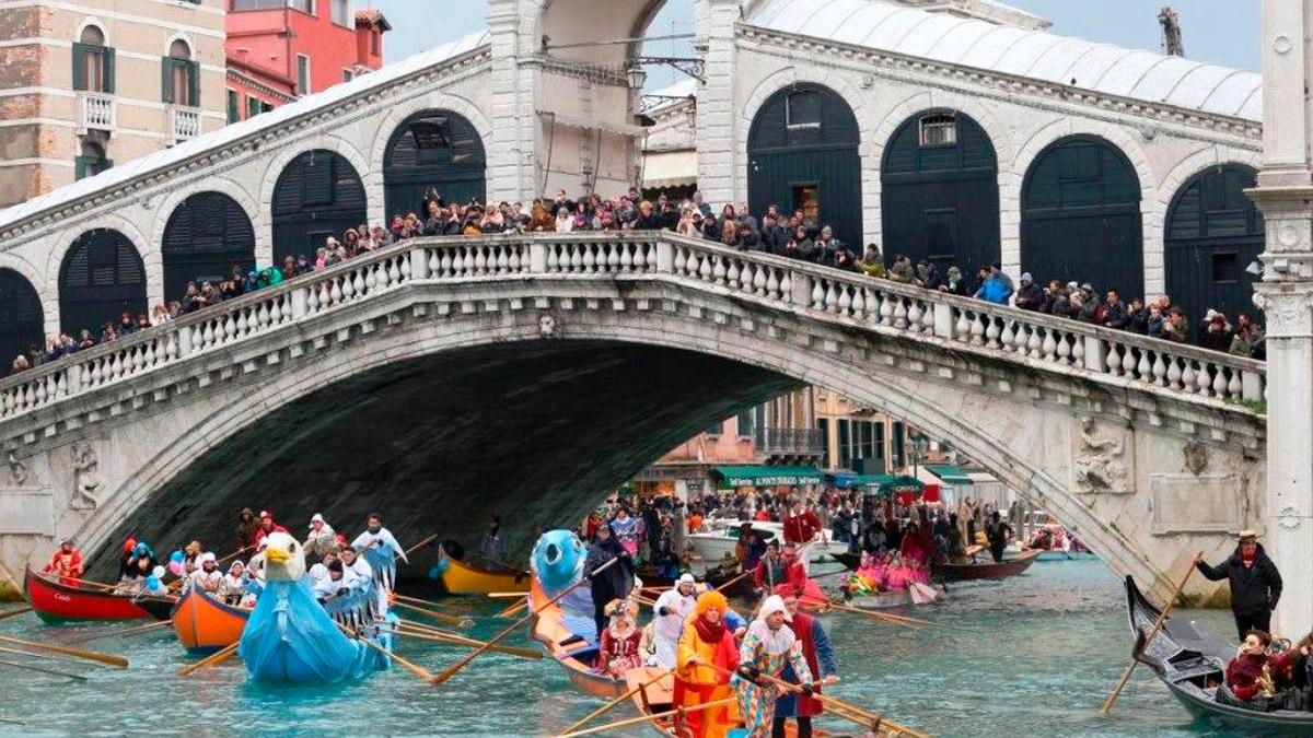 На яхте на карнавал в Венеции