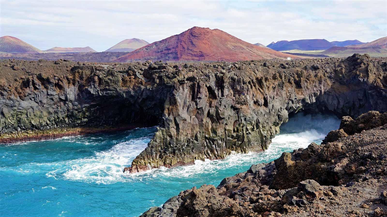 На Канарах очень остро понимаешь, что ты в океане. Переходя между островами, ловишь себя на мысли, что за горизонтом нет ничего, кроме открытой воды на тысячи морских миль. Когда-то острова считались краем земли, и лишь вспоминая современные карты, воображение рисует где-то там, за днями и неделями пути – Америку, Гренландию, Африку, Антарктиду… Для любителей моря и ветра ходить под парусом на Канарах – истинное удовольствие. Длинная волна и океанская зыбь в пару метров, длинные переходы и ходовой ветер, открытый океан и особенности прибрежного плавания, когда ветер находит полосами, возможность походить всеми курсами: полный драйва острый бейдевинд с сильными кренами, комфортный галфвинд, уносящий вперёд бакштаг и «полёт бабочки» на фордевинде. Океан оказался гораздо более добродушным, чем ожидалось. За две недели яхтинга непромоканцы, припасённые на штормовую погоду, так и остались в рундуках, небо было безоблачным, а вода звала купаться. И всё же это царство воды не сравнимо по силе и энергии с морем, и хоть сезон штормов остался позади, погода радует солнечными днями а ветер - ровный Ост 20-25 узлов, но спокойствие это видимое и сменяется в пять минут на штормовые порывы и волну 4-5 метров. Это не открытый океан, и острова Канарского архипелага создают свой микроклимат, свои ветра. На южном побережье Тенерифе почти ураганный ветер и море барашками уступает место штилю, а собравшись спокойно пообедать, за минуту приходиться натягивать перчатки и ставить паруса либо рифиться. Океан испытывает каждого, и лишь в созвучии с ним, читая его знаки по облакам, ряби на воде, шёпоту волн, посвисту ветра, угадываешь его настроение, улыбаешься ветру в лицо и благодаришь за чудесный день на яхте и благополучно возвращаешься в гавань. Острова Канарского архипелага – также подарок океана. Неутомимые вулканы столетие за столетием выплёскивали лаву в океан, пока их вершины не поднялись над водной гладью. Но и в наши дни острова остаются живыми – они растут, извергаются, меняются,